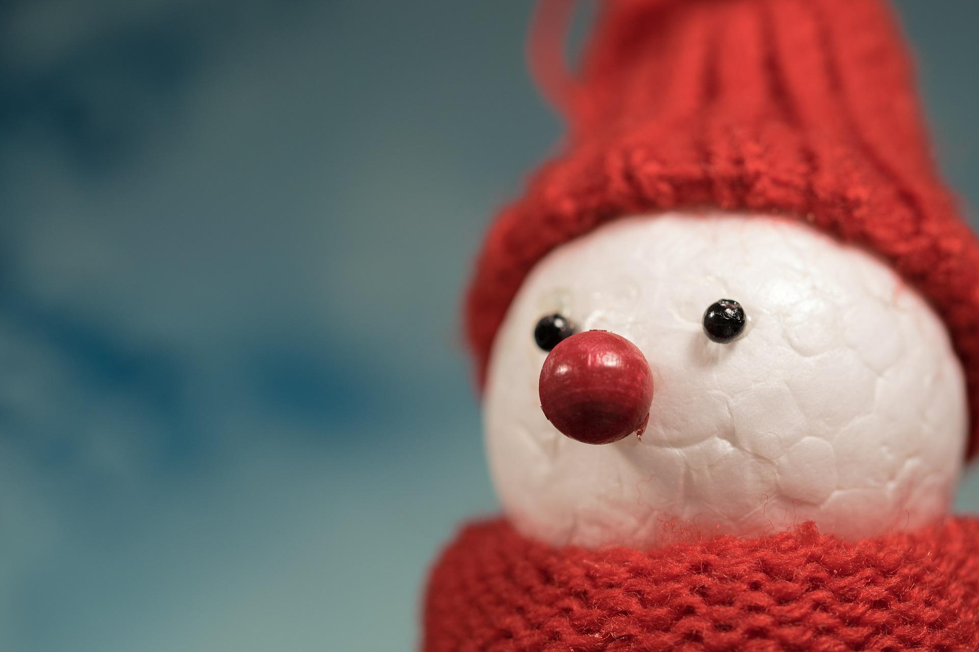 赤い帽子を被った雪だるま