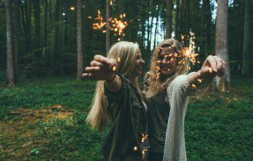 花火を楽しむ2人の女性